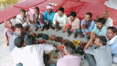 "Photo of دس دن سے دھرنے پر بیٹھے کسانوں نے کیا "" جوتا پوجا""، درج کرایا انوکھا احتجاج"