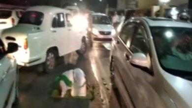 Photo of سی ایم دفتر کے سامنے سڑک پر ایک شخص نے پڑھی نماز، پولیس نے کیا گرفتار