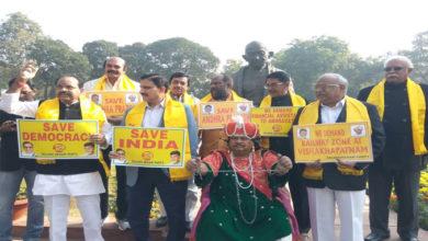 Photo of پارلیمنٹ کے احاطہ میں تلگودیشم ایم پی کا انوکھا احتجاج