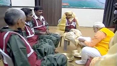 Photo of پی ایم مودی نے کمبھ میں صفائی ملازمین کے دھوئے پیر