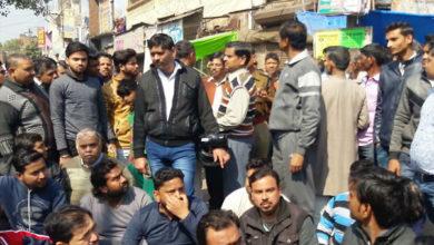 Photo of اترپردیش: مقتول کی لاش کے ساتھ  سڑک پر اہل خانہ کا احتجاج