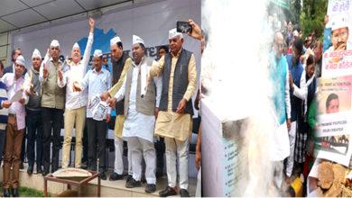 Photo of دہلی میں انتخابی جنگ شروع، 'آپ' اور 'بی جے پی' نے جلائے ایک دوسرے کے انتخابی منشور