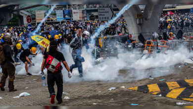 Photo of ہانگ کانگ میں پولیس-مظاہرین کے مابین تصادم، 79زخمی