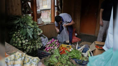 Photo of کشمیر: سبزی، پھل اور مرغ کی قیمتیں آسمان پر، لوگ پریشان