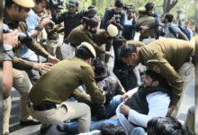 Photo of یوپی بھون پر مظاہرہ کر رہے جامعہ کے طلبا پولیس حراست میں