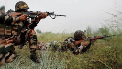 Photo of سری نگر کے مضافاتی علاقہ میں تصادم، 2 جنگجو اور ایک سی آر پی ایف اہلکار ہلاک