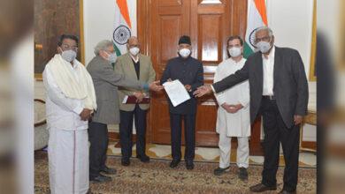 Photo of زرعی قانون پر اپوزیشن لیڈروں کی صدر سے ملاقات، سیاہ قانون واپس لینے کا مطالبہ